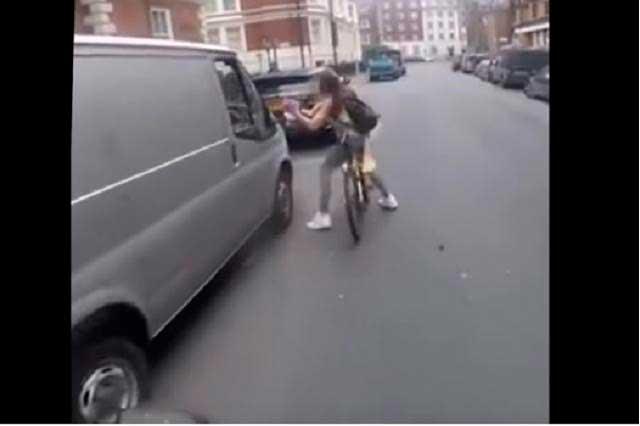 Chica en bicicleta sufre acoso en calles de Londres y da lección de valor