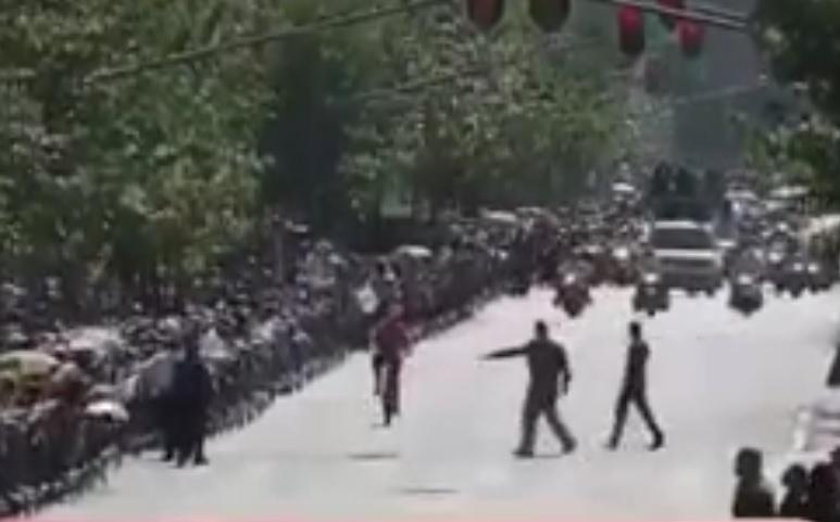 Bajan a ciclista a patadas al seguir la comitiva de Obrador