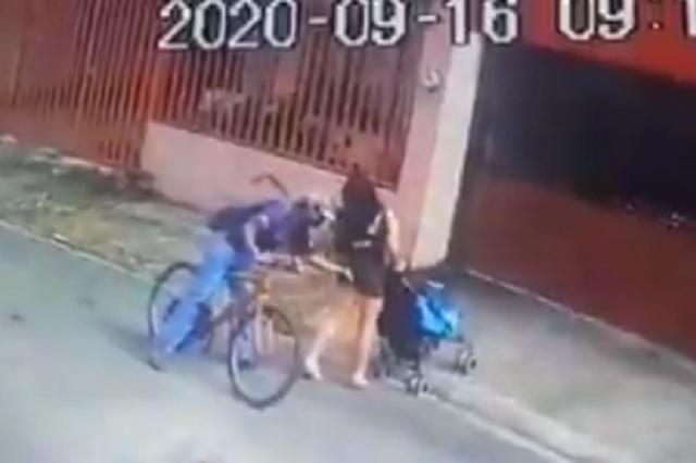 Toca a mujer en vía pública y después la amenaza con un arma