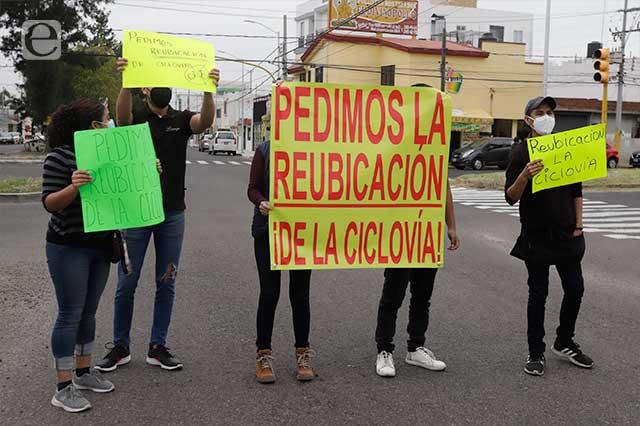 Con firmas y protesta exigen reubicar ciclovía de San Manuel