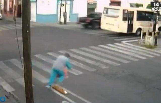 Se vuelve famoso lugar de caídas por separadores de ciclovía en Puebla