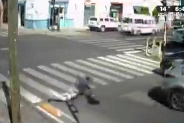 Video y memes: Se burlan de poblanos por tropezar con separadores de ciclovía
