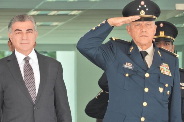 Se despide Cienfuegos de Puebla en graduación de 900 sargentos