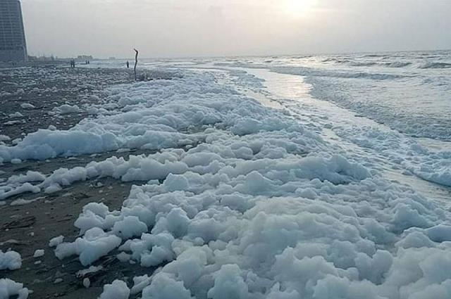 Cierran playas de Veracruz tras aparición de espuma desconocida