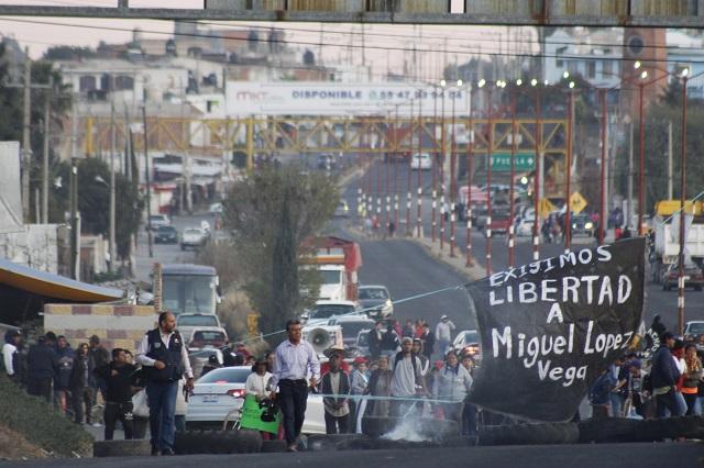Exigen liberar a opositor y sigue cierre de federal México-Puebla