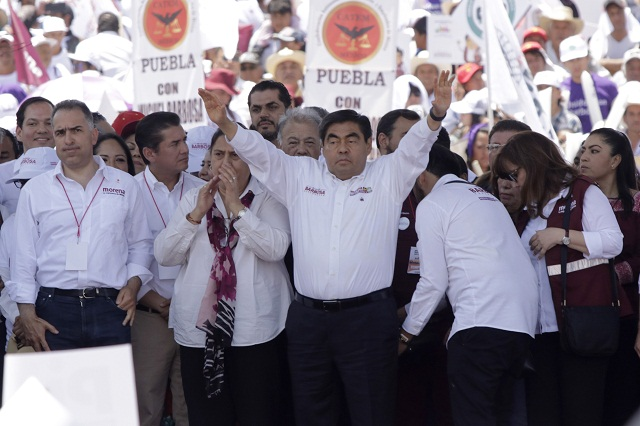Barbosa se asume gobernador y dedica su triunfo a AMLO