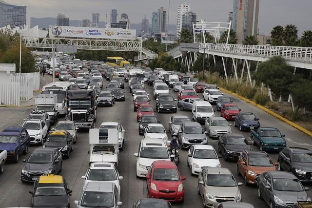 Pierden conductores de Puebla 25 horas en el tráfico vehicular