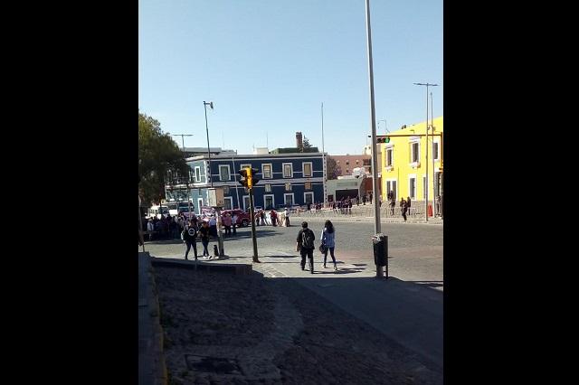 Cierran calle de Puebla, piden destitución del edil de San Nicolás