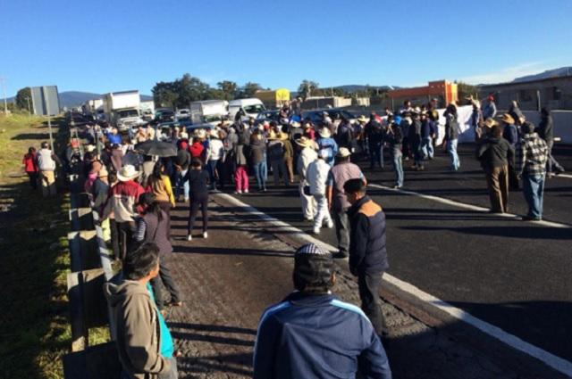 Vecinos de Tlahuapan bloquean federal y autopista México-Puebla