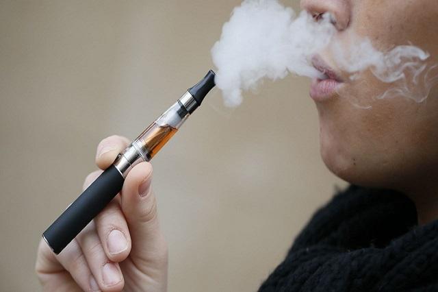 Consumo de cigarros electrónicos se dispara entre menores de edad