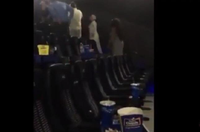 VIDEO Mujeres pelean a gritos y golpes en interior de una sala de cine