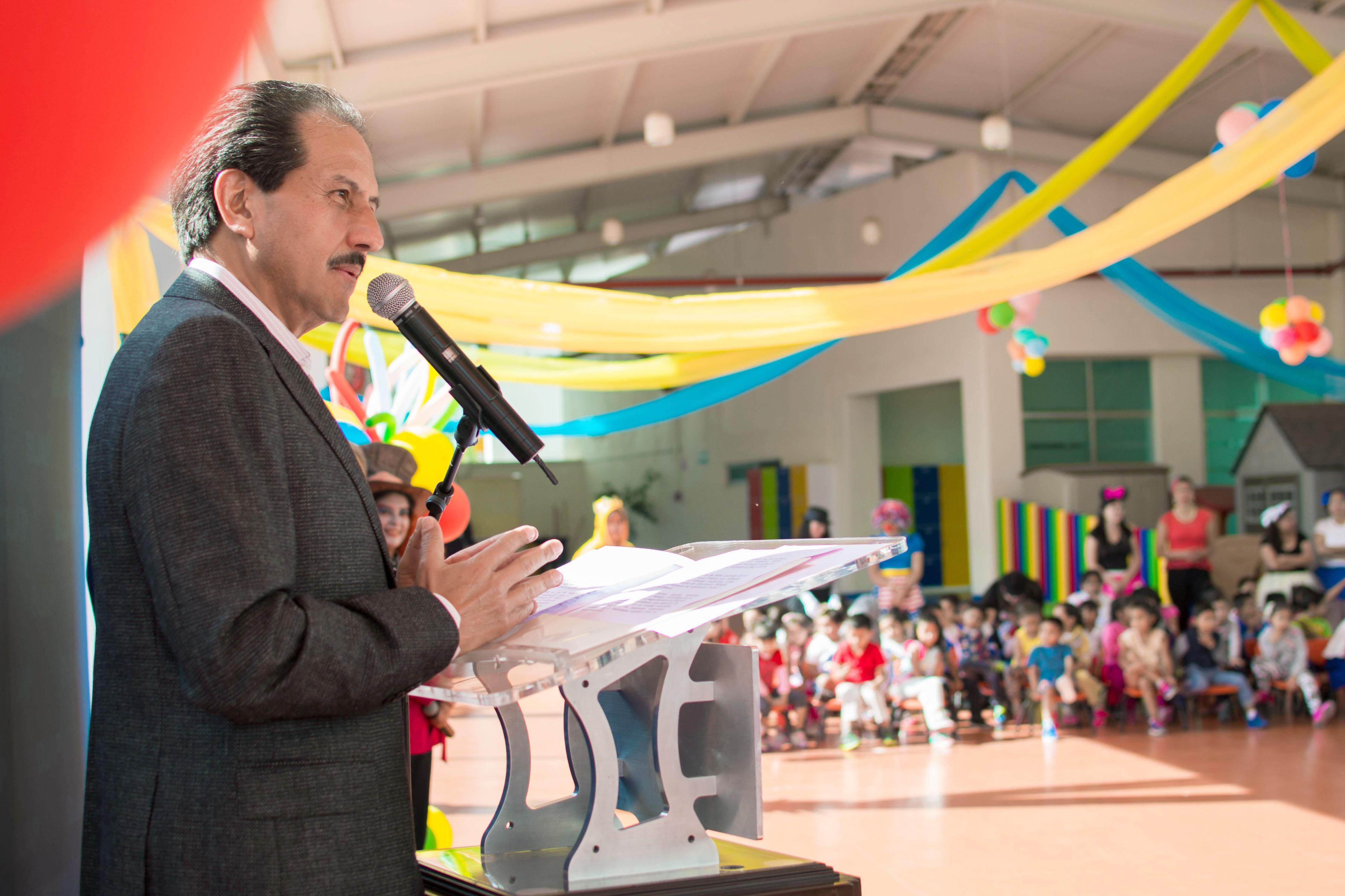 Festeja el rector Esparza a  niños del Círculo Infantil de la Buap
