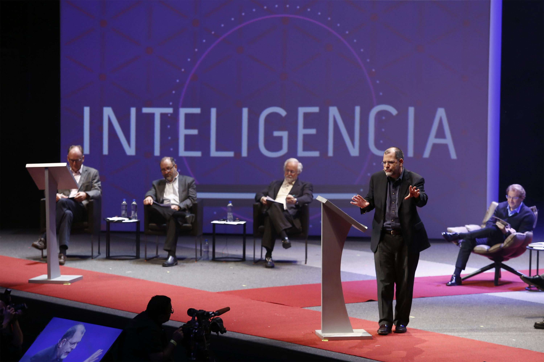 Chocan en Ciudad de las Ideas por riesgos de la inteligencia artificial