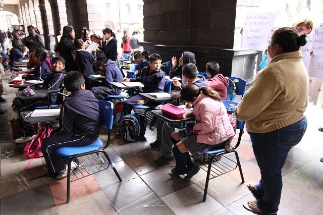 Toman clases afuera de Palacio y exigen regularizar escuela