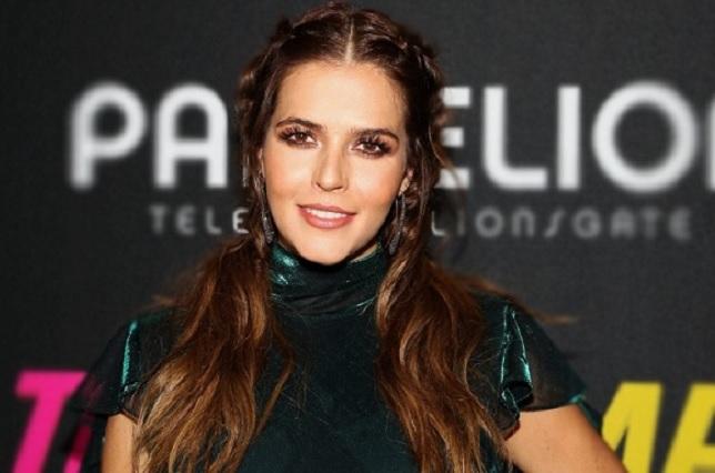 Claudia Álvarez presume su embarazo en L.A. con vestido metálico