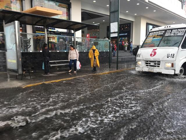 Brotan con las lluvias los baches de la ciudad capital