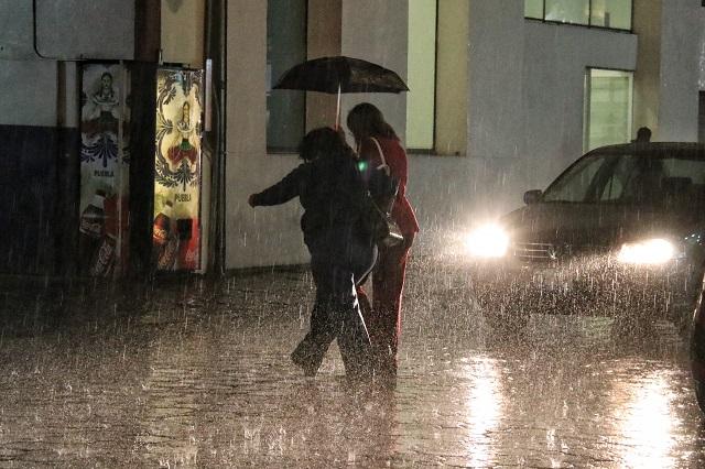 Seguirán lluvias intensas con descargas eléctricas en Puebla