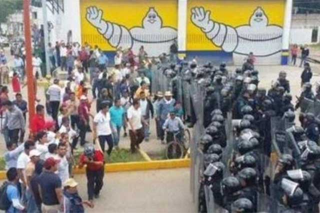 La CNTE se planta frente al cerco policiaco en Oaxaca