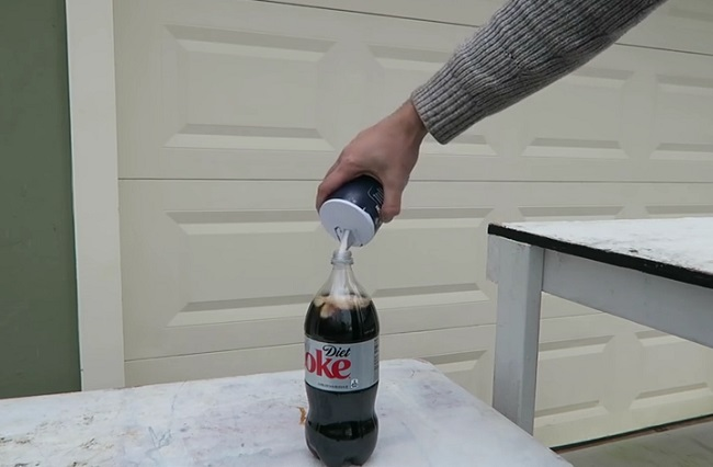 Youtuber muestra que ocurre cuando se aplica sal a la Coca Cola
