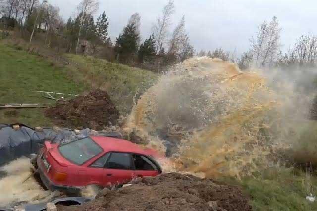 VIDEO VIRAL: Anciano baña su auto en 12 mil litros de Coca Cola