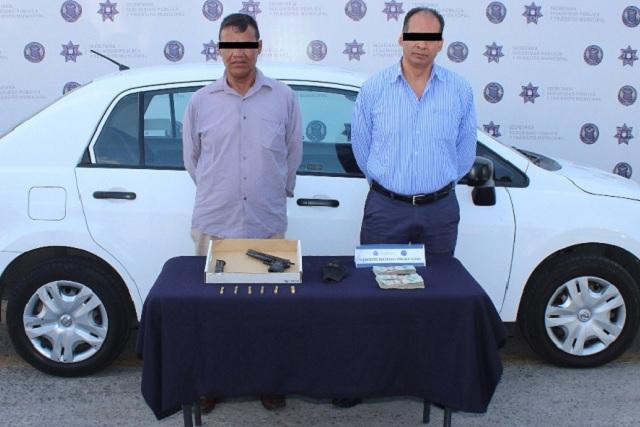 Detienen a dos hombres por portar arma y por cohecho, en Puebla