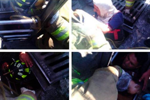 Choque de auto y carriola arroja a un bebé a la coladera y lo mata