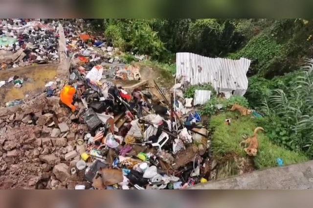 Mezcla de basura y lluvias colapsan vivienda en Teziutlán