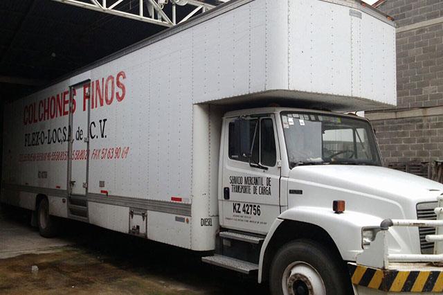 Supuestos ministeriales roban camión cargado de colchones