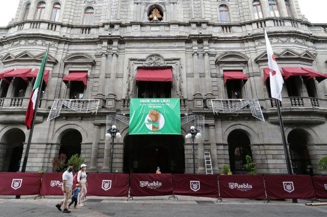 Coloca Ayuntamiento de Puebla lona a favor de despenalizar el aborto