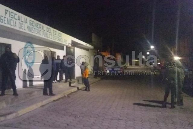 Comando amenaza y desarma a policías de Atzitzintla