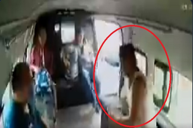 ¿Correcto o incorrecto que pasajeros golpearan a asaltante de combi?