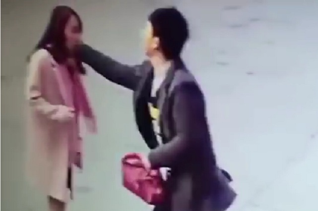 VIDEO Clienta se queja por entrega tardía y comerciante la golpea