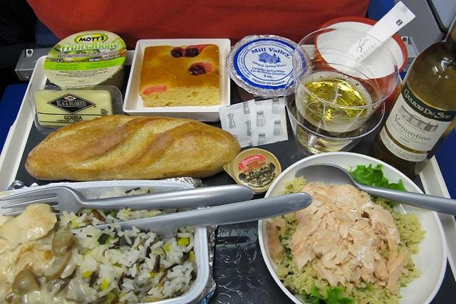 Pasajero encuentra un diente humano en su comida del avión