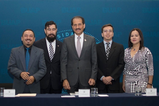 Asiste rector Esparza a informe en Ciencias de la Comunicación BUAP