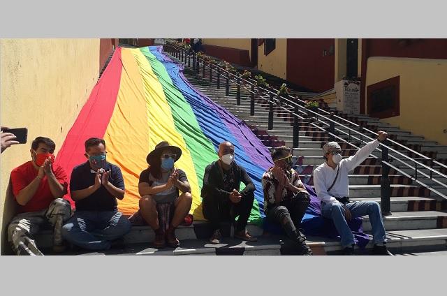 Comunidad LGBT de Atlixco coloca mega bandera en escaleras anchas