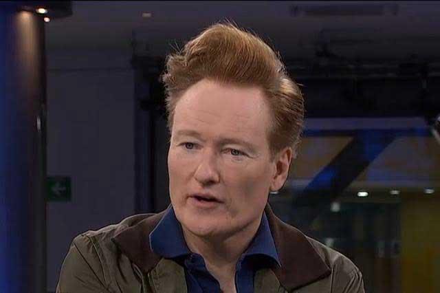 Conan O´Brien se pone máscara de Donald Trump en México