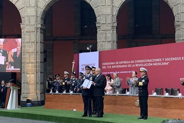 Condecora AMLO a tripulación que trajo a México a Evo Morales