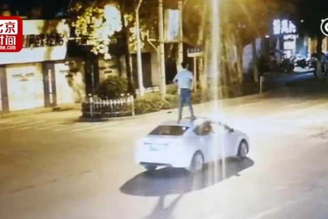 VIRAL: Sujeto ebrio viaja parado sobre el techo de un auto sin conductor