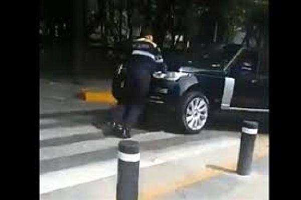 Conductor agrede a un policía de tránsito por cerrar calles