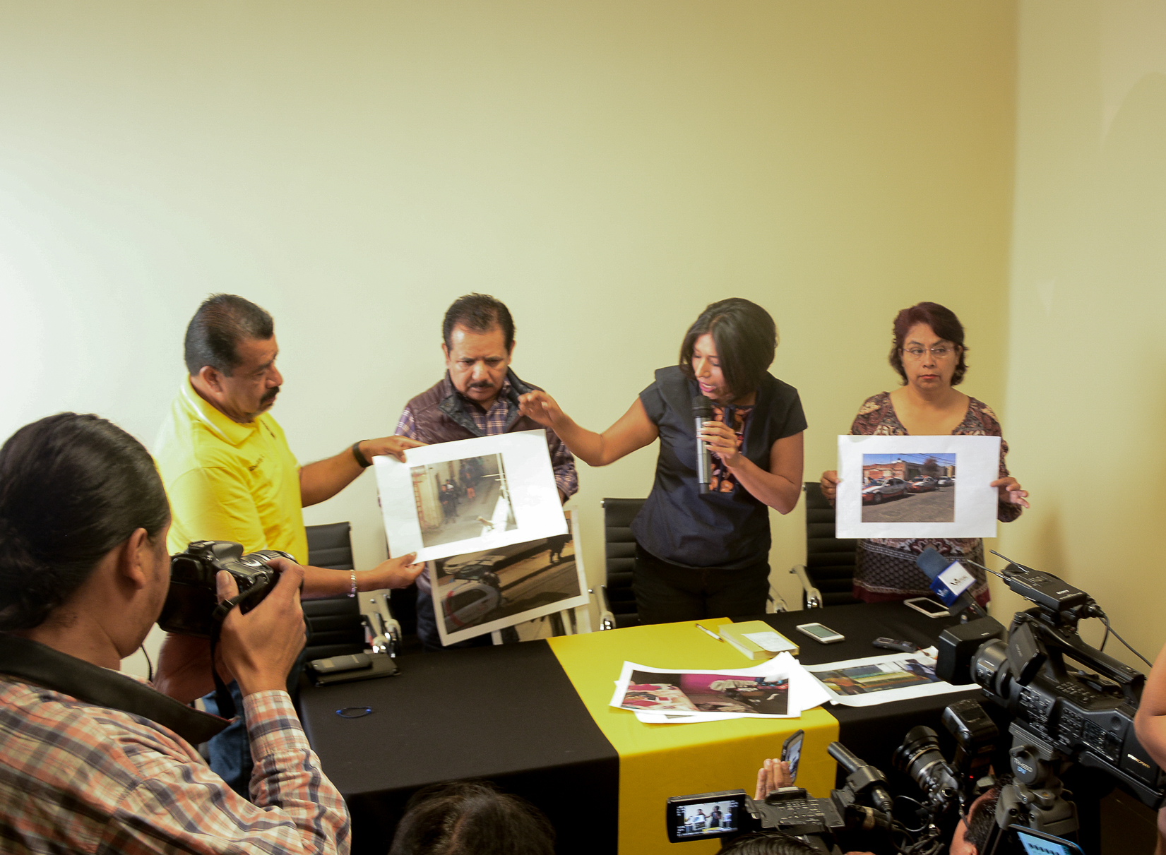 Policía Ministerial encañona a Roxana Luna y a senador del PRD