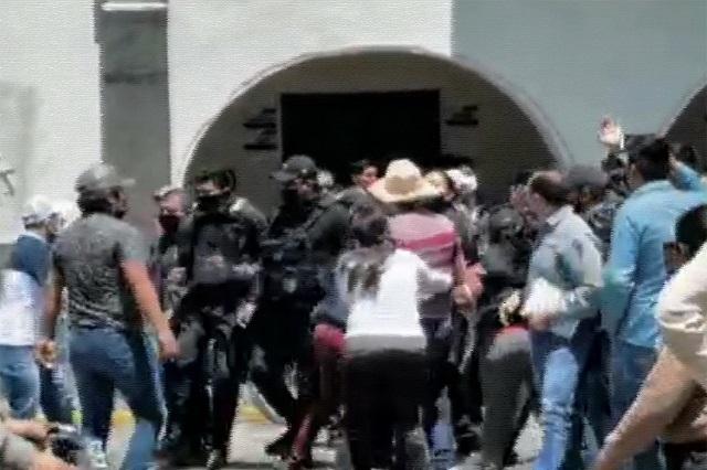 Autoridades y antorchistas riñen en Huejotzingo por despensas