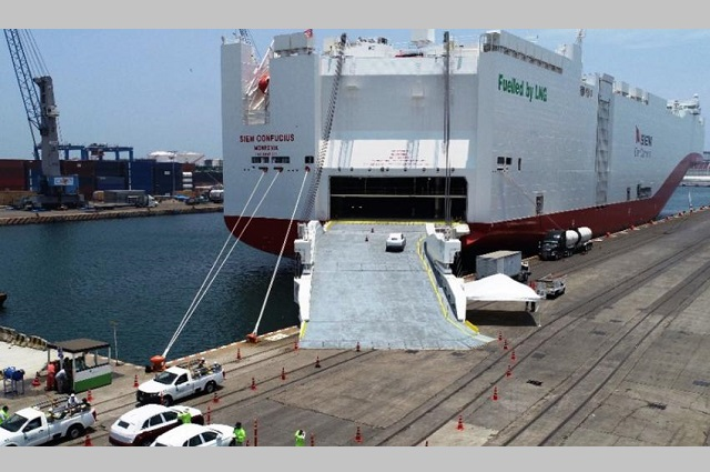 Con vehículos VW llega a México gigantesco  buque de transporte
