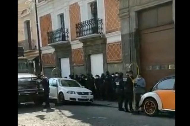 Cercan policías Congreso de Puebla tomado por feministas