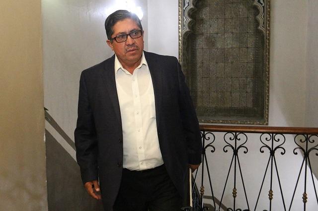 Víctor León no entrega notaría que le dio RMV; sigue operando