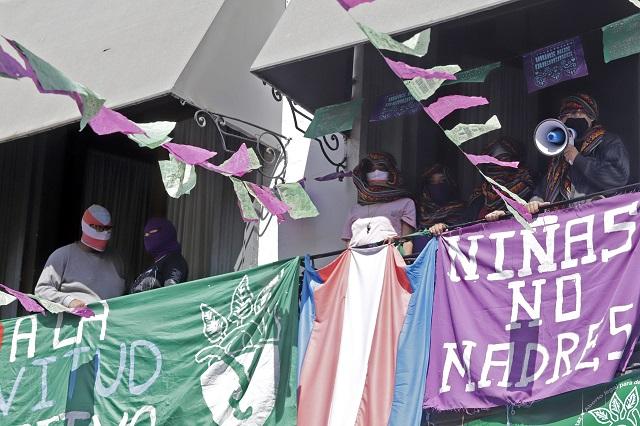 Feministas exigen 6 compromisos para liberar Congreso de Puebla