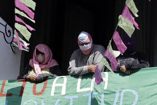 Se prolonga toma del Congreso de  Puebla por desinterés de diputados