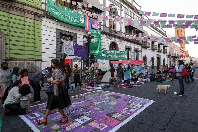 Liberan feministas Congreso de Puebla tras 25 días en plantón