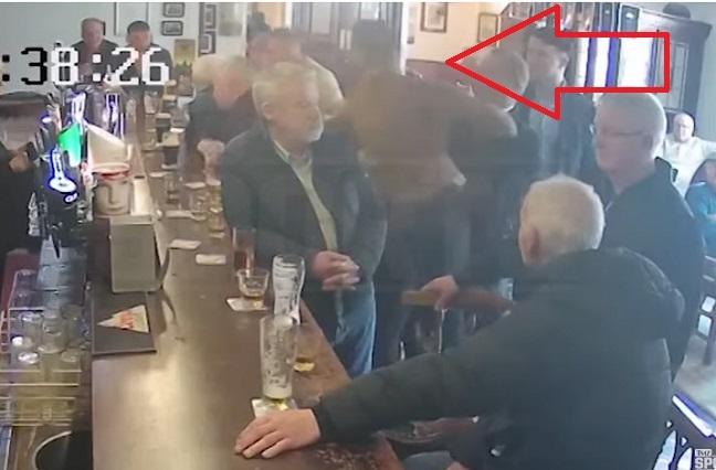 Video: Conor McGregor golpeó a anciano en un bar