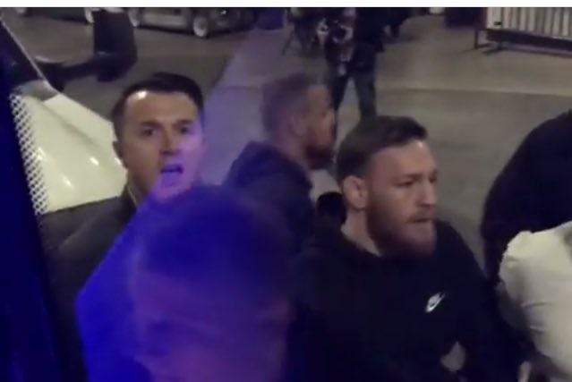Videos: Conor McGregor atacó un autobús y la policía lo busca