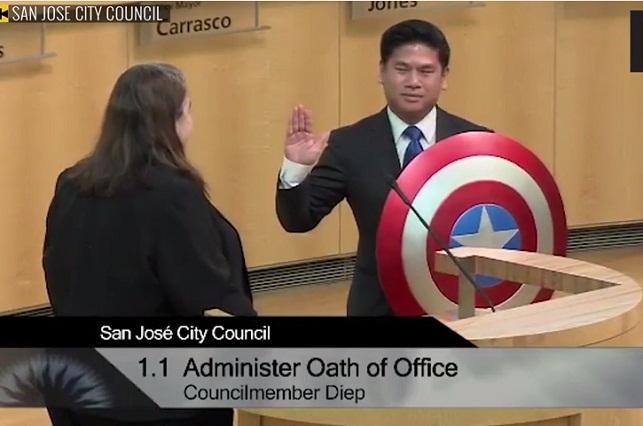 Concejal de EU cambia la Biblia por escudo del Capitán América